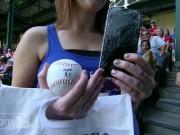 Thể thao - Fan nữ ném vỡ iphone đỡ quả bóng chày vô giá