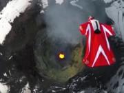 """Thế giới - Video: Nữ """"người chim"""" bay qua núi lửa đang hoạt động"""