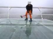 Thế giới - Vác búa lên cầu kính cao nhất thế giới đập thử