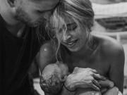 Bạn trẻ - Cuộc sống - Khoảnh khắc thiêng liêng khi lần đầu chạm vào con
