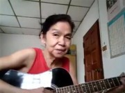 Bạn trẻ - Cuộc sống - Clip: Cụ bà TQ gảy đàn guitar hát tiếng Anh cực ngọt