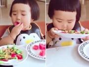 Bạn trẻ - Cuộc sống - Clip: Bé ngố ham ăn khiến người lớn cũng phát thèm