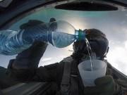 Phi thường - kỳ quặc - Video: Phi công uống nước khi lái chiến đấu cơ lộn ngược