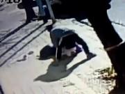 Video: Mẹ kịch chiến với kẻ bắt cóc con trên phố vắng