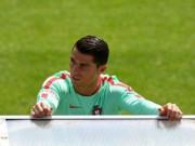 Bóng đá - Cristiano Ronaldo suy sụp vì đá hỏng penalty trận gặp Áo