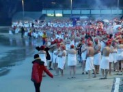 Du lịch - Úc: Trăm người khỏa thân tắm biển giữa mùa đông