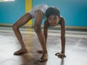 """Phi thường - kỳ quặc - Cậu bé """"người rắn"""" có khả năng uốn dẻo kỳ tài ở Ấn Độ"""