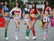 Bạn trẻ - Cuộc sống - Gái xinh TQ ăn mặc sexy xuống phố cổ vũ Euro