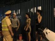 An ninh Xã hội - Bắt quái xế chở gái 'dịch vụ' trong đêm