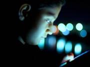 """Sức khỏe đời sống - Dùng điện thoại trong bóng tối dễ bị """"mù tạm thời"""""""