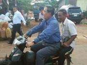 TT Campuchia bị phạt vì đi xe máy không đội mũ bảo hiểm
