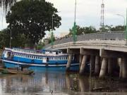Tin tức trong ngày - Con tàu 8 tỉ lại bị kẹt dưới… gầm cầu Trần Hưng Đạo