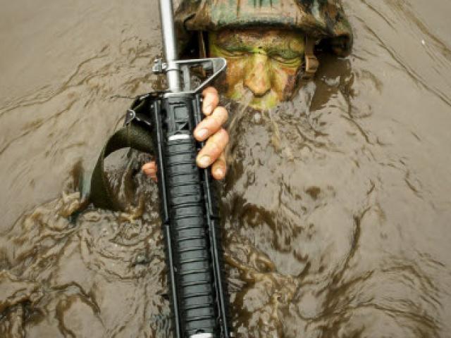 Ảnh huấn luyện dưới nước ấn tượng của quân đội Mỹ