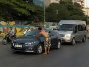 """Tin tức trong ngày - Ông Tây """"chặn xe"""" ô tô xin lau kính xôn xao Hà Nội"""