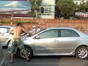 Tin tức trong ngày - Vì sao ông Tây chặn xe, xin lau kính giữa phố Hà Nội?