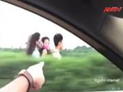 """Video An ninh - Thót tim 3 """"quái xế"""" đầu trần ngược gió trên cao tốc"""