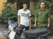 Video An ninh - Bị truy đuổi, con nghiện rút dao dọa cảnh sát cơ động