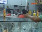 Video An ninh - Hàng chục người truy đuổi hạ gục tên cướp vàng táo tợn