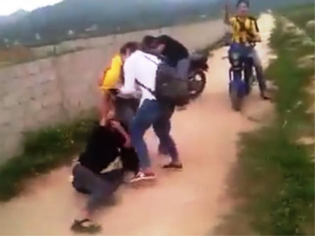 Nữ sinh lớp 11 bị nhóm phụ nữ đánh hội đồng, lột đồ, quay clip - 2
