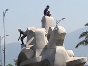 Đà Nẵng: Xấu hổ nạn leo trèo, vẽ bậy lên tranh, tượng nơi công cộng!