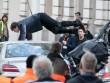 """Tài tử Tom Cruise lái BMW R NineT """"đấu đầu"""" xe hơi"""