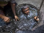 Tài chính - Bất động sản - Công việc vất vả nhất hành tinh: Lặn để thông cống ở Bangladesh