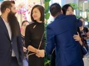 """Đạo diễn  """" Kong """"  ôm hôn Ngô Thanh Vân trước trăm người"""
