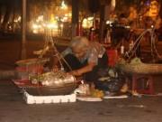 Bà lão bán bánh rán và ngọn đèn ngoài ban công