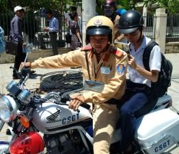 Giáo dục - du học - Không có xe, thí sinh được CSGT đưa đi thi