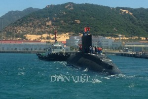 Tin tức trong ngày - Ảnh: Lai dắt tàu Kilo 185-Khánh Hòa vào quân cảng Cam Ranh