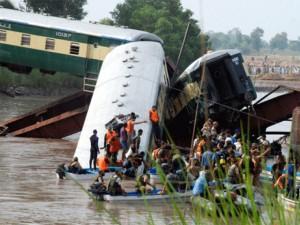 Pakistan: Tàu quân sự lao xuống kênh, 17 người chết