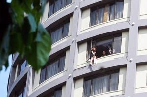 Bạn trẻ - Cuộc sống - Vợ xách con lơ lửng trên tầng 13 ép chồng ly hôn