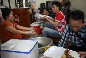 Giáo dục - du học - Những giọt mồ hôi trong bếp cơm thiện nguyện mùa thi
