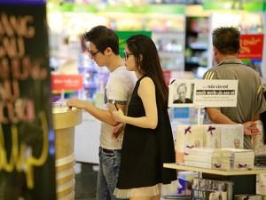 Ca nhạc - MTV - Bắt gặp Đăng Khôi dắt vợ bầu đi mua sắm cuối tuần