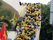 Video bóng đá hot - CĐV xứ Nghệ bất chấp nguy hiểm leo tường vào sân