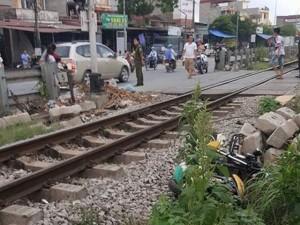 Tin tức Việt Nam - Thi xong tốt nghiệp môn cuối, ra về bị tàu hỏa tông chết