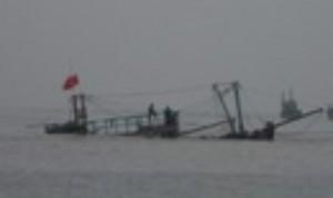 Tin tức trong ngày - Giông lốc đánh chìm tàu cá, 8 ngư dân được cứu sống
