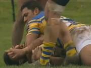 Thể thao - Bóng bầu dục: Bị đấm vì cắn tay đối thủ