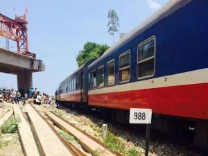 Tin tức trong ngày - Tàu hỏa trật bánh, hàng trăm hành khách hoảng loạn
