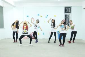 """Bạn trẻ - Cuộc sống - Cười ngất với """"Vũ điệu thần thánh"""" của 6 cô gái Việt"""