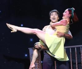 Phim - Lan Phương được trai trẻ bế bổng trên sân khấu