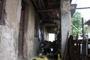 Tin tức Việt Nam - 400 người sống trong khu nhà sắp sập giữa Thủ đô
