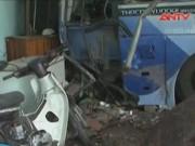 Video An ninh - Bình Phước: Xe khách mất lái đâm sập 3 nhà dân