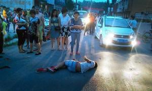 Bạn trẻ - Cuộc sống - TQ: Chàng trai bị tai nạn phải tự gọi điện cho cấp cứu
