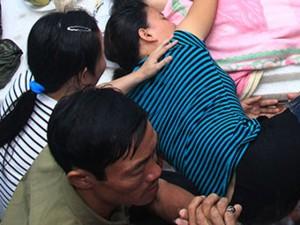 Tin tức trong ngày - Bố ngã quỵ khi thấy con 4 tuổi bất động dưới hố nước