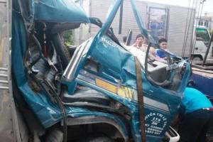 Tin tức trong ngày - Phá cửa, giải cứu tài xế và phụ xe trong xe tải bẹp dúm