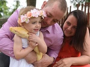 Phi thường - kỳ quặc - Rợn tóc gáy nhìn bé gái 2 tuổi... âu yếm trăn khổng lồ