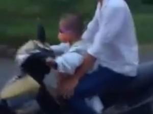 Tin tức trong ngày - Clip: Bé trai 5 tuổi phóng xe máy vù vù trên đường