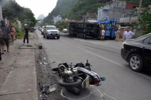 Tin tức trong ngày - Gãy trục lốp, xe tải chở than lao vào xe máy cùng chiều