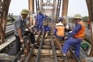 Tin tức Việt Nam - Hàng trăm người phơi mình dưới nắng gia cố cầu Long Biên
